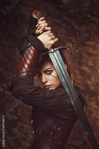 Fotografia Beautiful woman fighting with sword