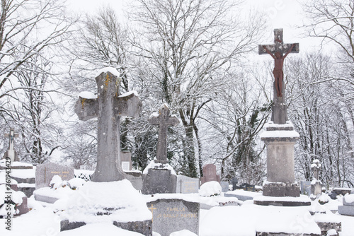 Canvas Print des tombes , des pierres tombales dans un cimetière chrétien catholique en hiver sous la neige