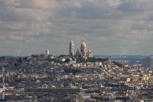 Francja , Paryż , sierpień 2015 , widok z wieży Eiffla na bazylikę Sacre-Coeur