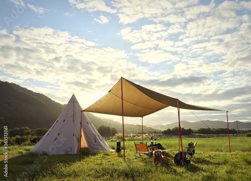 Tableau sur Toile Tent On Grass Against Sky