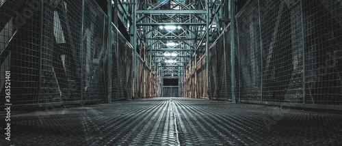 Foto Empty Alley Amidst Buildings In Tunnel