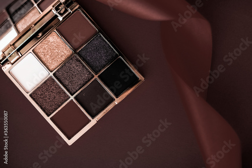 Valokuva High Angle View Of Eyeshadow On Brown Background