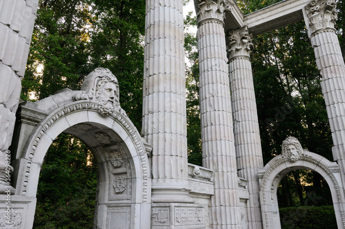 Canvas Print Greek Theatre columns and archways in the forest park of Guild Sculpture Gardens