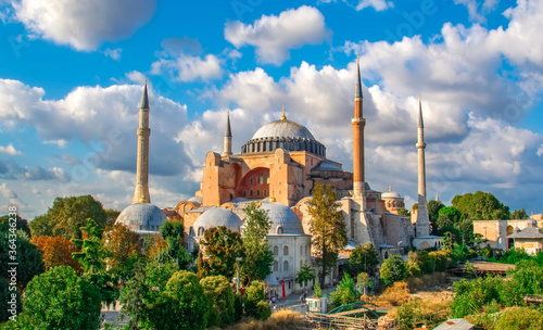 Photo Istanbul Turkey – April 05, 2019:  Sunny day architecture and Hagia Sophia Museu