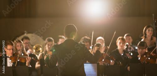 Carta da parati Conductor leading orchestra
