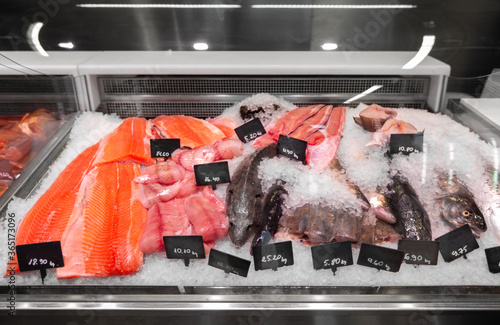 Stampa su Tela food sale, grocery and small business concept - seafood in fish shop fridge disp