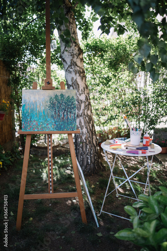 Foto Outdoor artist's atelier with plants and trees