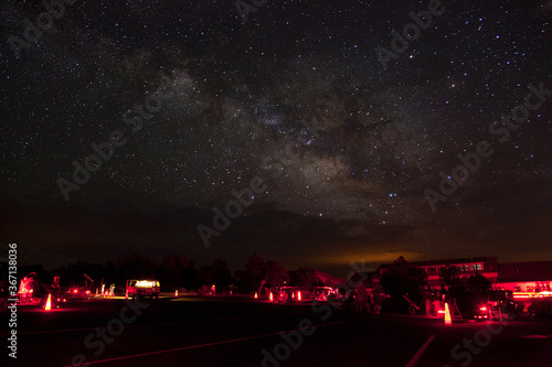 Fotografiet Astronomers set up telescope for a star party with the Milky Way stars above