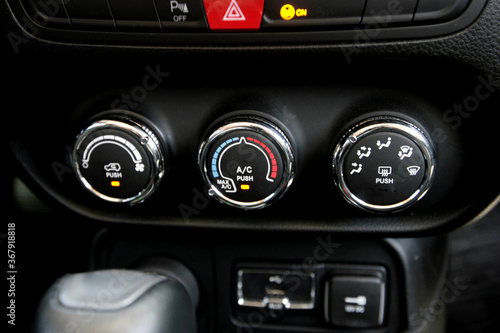 фотография salvador, bahia / brazil - november 10, 2015: internal view of the controls of the Jeep Renegade Sport Diesel in the city of Salvador