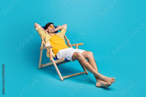Fotografia Full length profile side photo of positive guy traveler relax rest beach sun bat