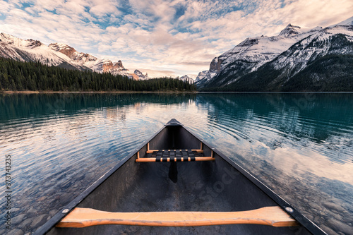 Foto Canoeing with Canadian Rockies in Spirit Island on Maligne Lake at Jasper nation