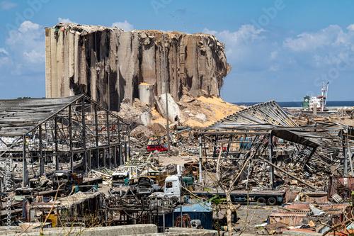 Fototapeta premium Miejsce masowego wybuchu / eksplozji, które wydarzyło się w porcie w Bejrucie w Bejrucie w Libanie