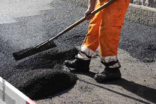 Fotografía Paving the road with porous asphalt for traffic noise