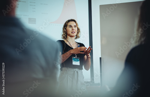 Entrepreneur discussing business ideas in a conference Fototapete