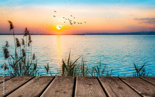 paisaje de un embarcadero junto al mar en la puesta de sol