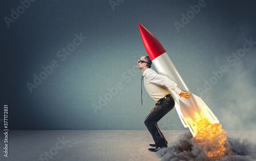 Fotografía businessman with rocket on his back ready to take off.