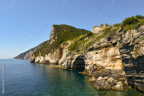Fotografia Scenic view of the bay with the famous Byron's Grotto, named after Lord Byron (1