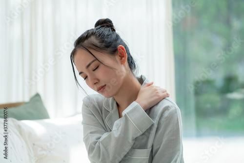 Canvas 疲れた女性 睡眠不足 肩こり