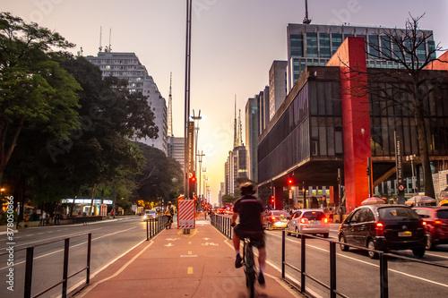 Homem andando de bicicleta na ciclovia da Avenida Paulista em frente ao Museu de Artes de São Paulo Fototapeta