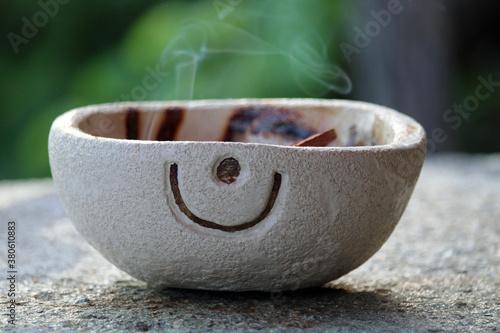 Obraz na płótnie Portacenere di ceramica con voluta di fumo