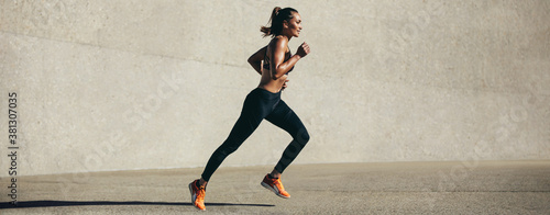 Photo Healthy young woman on morning run