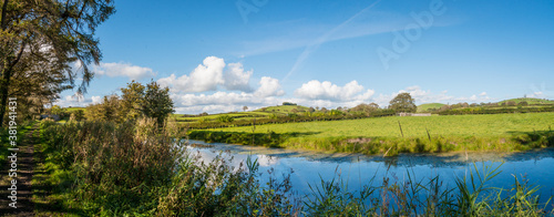 Fotografia Panaorama of English rural countryside scenery on British waterway canal