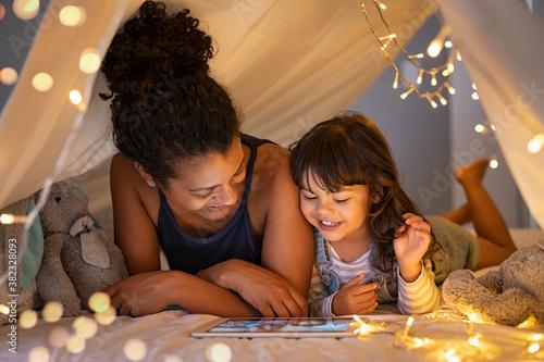 Fotografia Mother and daughter using digital tablet inside