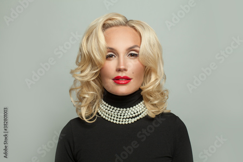 Canvas Stylish mature woman model with curly hairstyle and makeup