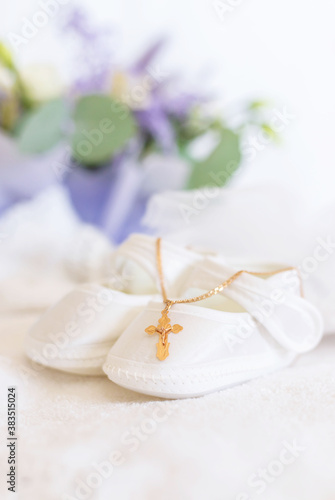 Foto Clothes and a cross for the baby's christening. Selective focus.