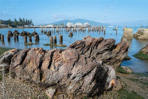 Photo Rock formations near the ferry terminal in Anacortes, Washington, USA