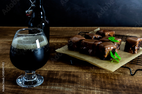 Photo Craft stout beer with chocolate brownies.