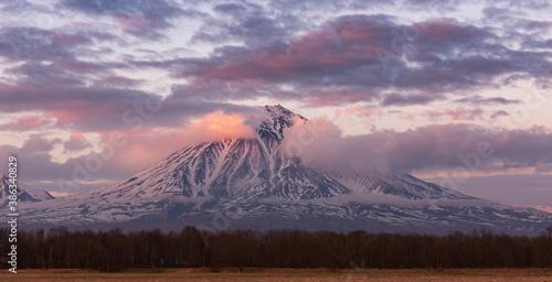 Stampa su Tela Kamchatka, view of Koryaksky volcano at sunset