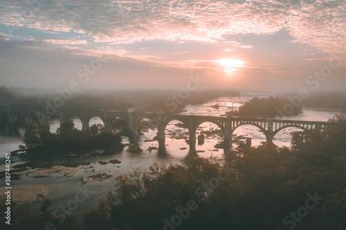 Fotografia Foggy Sunrise Over the James River in Richmond, Virginia