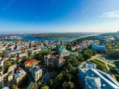 Photo Aerial top view of Saint Andrew's church and Andreevska street from above city o