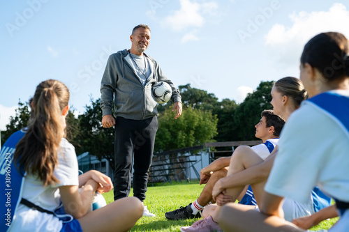 Foto Football coach training student players at college