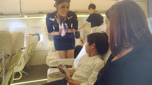 Canvastavla Cabin crew provide service to family in airplane