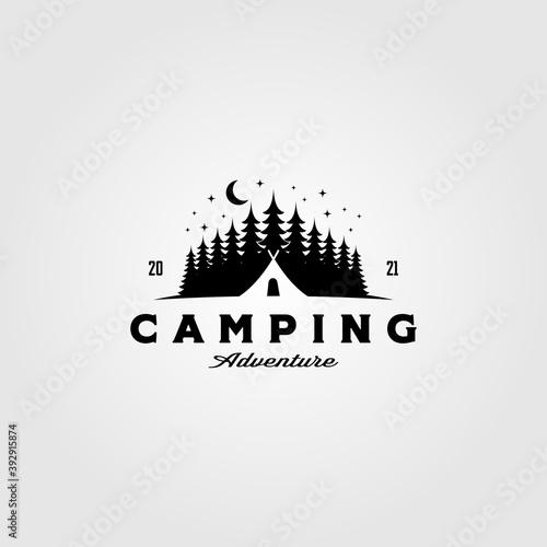 Carta da parati camp tent logo in pine tree vintage vector illustration design