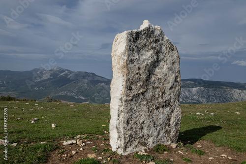 menhir de Arrizazen, con las montañas del Parque Natural Aizkorri-Aratz al fondo, Parque Megalítico de Legaire, campas de Legaire , Álava, Pais Vasco, Spain