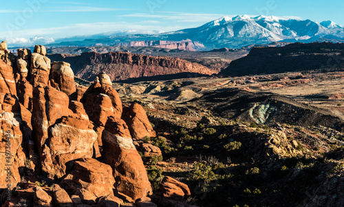 Foto Fins of The Fiery Furnace and The Snow Capped La Sal Mountains, Arches National