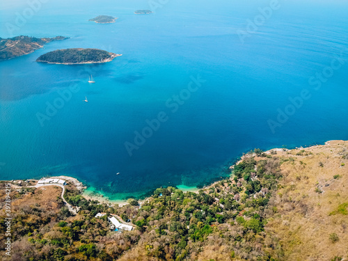 Fotografia Wonderful and breathtaking top view of an isolated beautiful tropical island wit