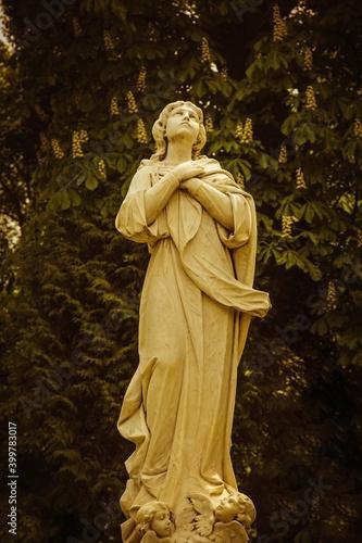 Photo Ancient statue of Mary Magdalene praying (Faith, religion, faith, God concept)