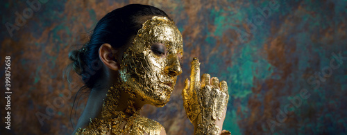 Fotografia, Obraz Girl with a mask on her face made of gold leaf