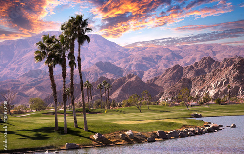 Foto golf courseat sunset  in palm springs, california