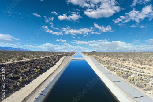 Fotografiet View of the California Aqueduct moving water through the Mojave Desert towards Los Angeles