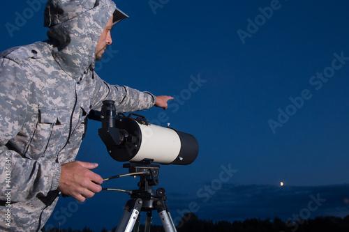 Foto The man looks through a telescope