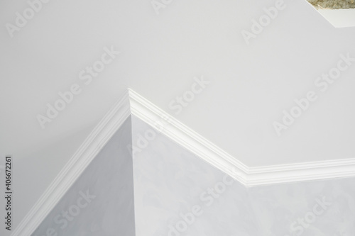 White ceiling with a white plinth in a room with gray painted walls Fototapeta
