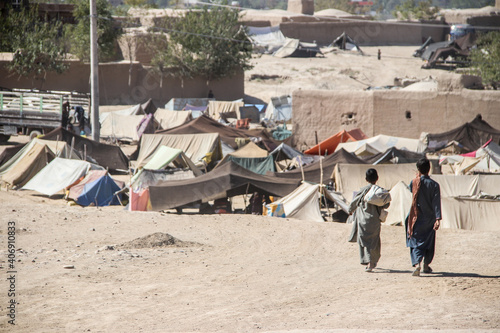 Fotografia Daily refugee village life in Badghis, Afghanistan in the desert.