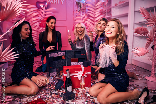 Photo Five glamorous women enjoying the bachelorette party