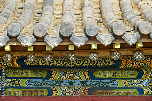 Fotografia Traditional Unglazed Chinese-style Roof Tiles And Ornamental Front Wall Painting