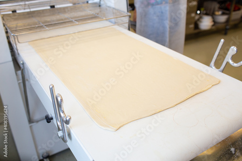 Photo raw puff pastry and dough sheeter